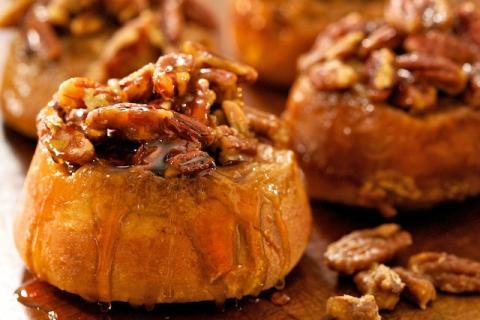 здобні булочки з кленовим сиропом і горіхами пекан