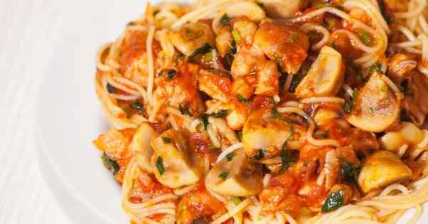 Спагеті з печерицями в томатному соусі