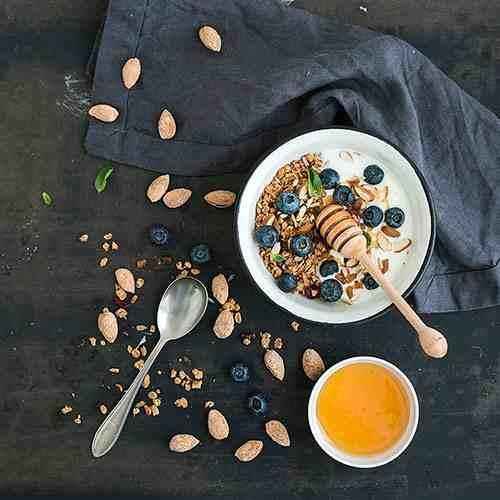 вівсяно-мигдалева гранола з йогуртом та чорницею