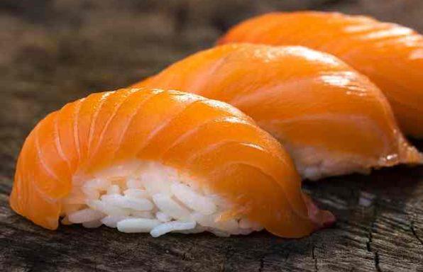 Суші з лососем (нігірі-дзусі)