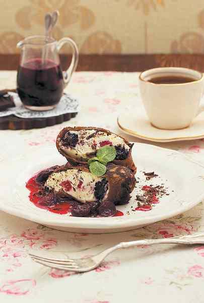 Млинці шоколадні з м'яким сиром і гарячою вишнею