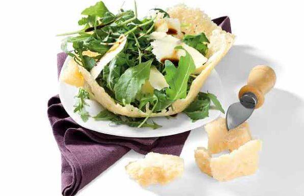 Салат з руколи з пармезаном