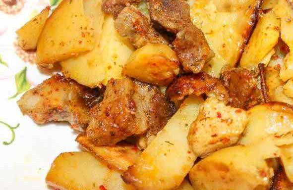 Свинина, запечена з картоплею