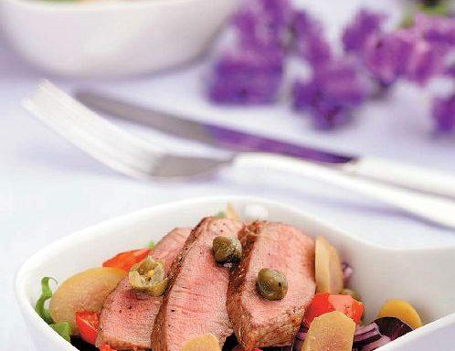 Салат з теплою яловичиною, квасолею та печеними томатами
