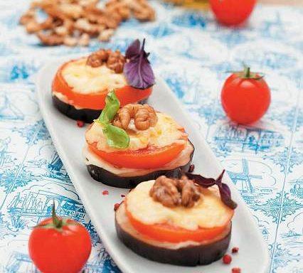 Баклажани, запечені з помідорами та волоськими горіхами