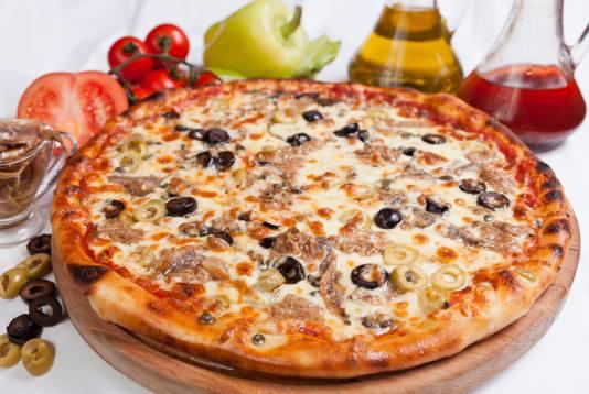 Піца з сардинами та оливками