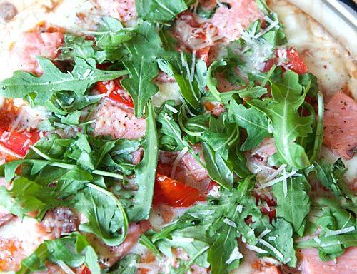 Піца з сьомгою та руколою