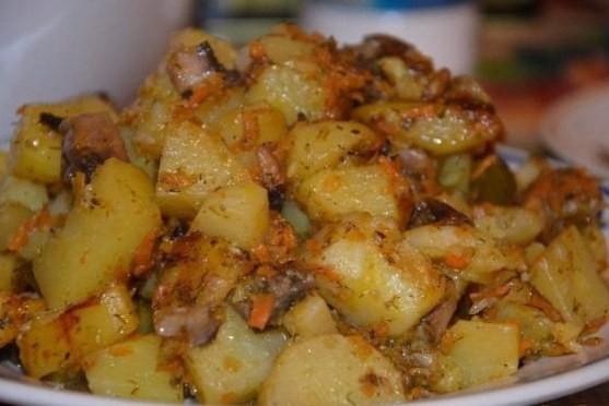 Картопля, тушкована з овочами (та грибами)