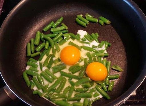 Яєчня з квасолею зеленою