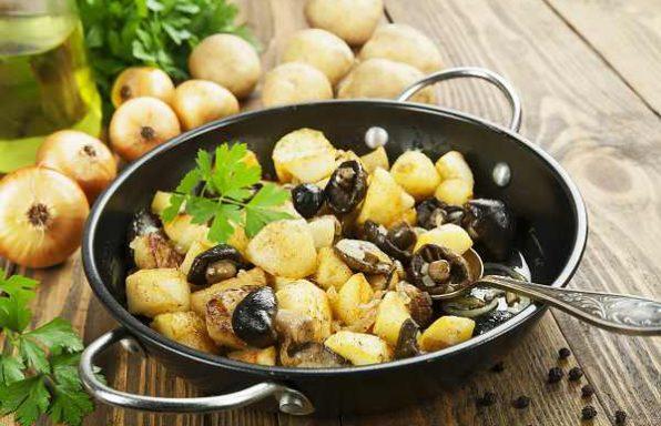 Картопля, тушкована з грибами